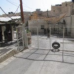 二重の鉄のゲート